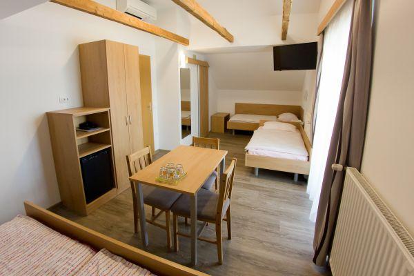 sobe-zimmer-rooms-drinovec-naklo-pri-kranju-2-of-365CE665E-CED2-6BF3-EA91-636C5205CFAD.jpg