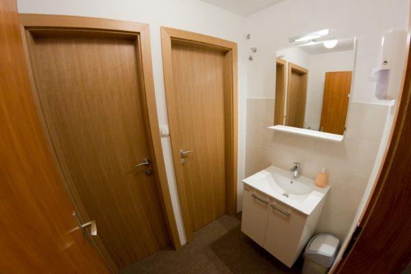 sobe-zimmer-rooms-drinovec-naklo-pri-kranju-5-of-8-custom1532E105-0AF9-F78F-831B-5C852BD57A39.jpg